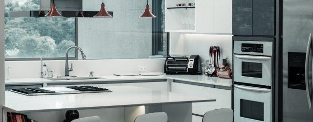 Une belle cuisine moderne dans les tons blanc