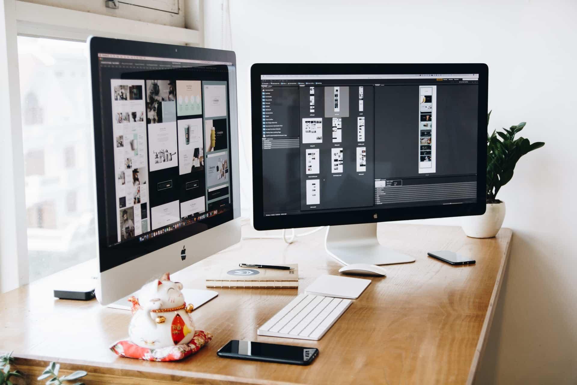 ordinateurs mac bureau travail sur projet de média papier